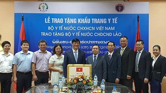 Quyền Bộ trưởng Bộ Y tế Nguyễn Thanh Long- đại diện Bộ Y tế Việt Nam, tặng khẩu trang y tế cho Bộ Y tế Lào. Ảnh: Bộ Y tế cung cấp