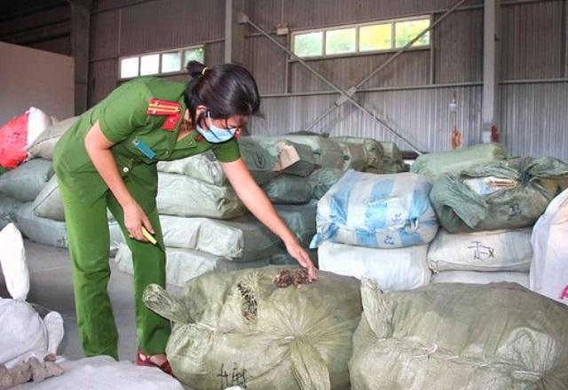 tổng hàng hóa hơn 1.800 bao tải với trọng lượng các mặt hàng gần 102 tấn