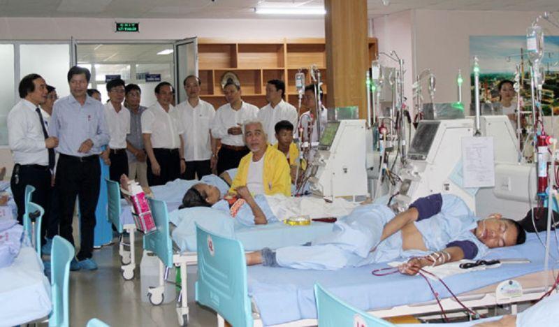 Các đại biểu tham quan Trung tâm lọc máu