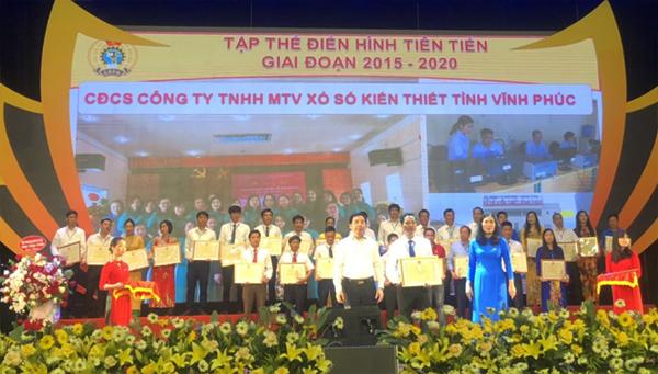 Trưởng Ban Tuyên giáo Tỉnh ủy Bùi Huy Vĩnh, Chủ tịch LĐLĐ tỉnh Trịnh Thị Thoa trao bằng khen cho các điển hình tiên tiến được tuyên dương