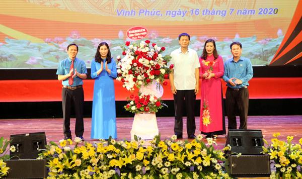 Phó Bí thư thường trực Tỉnh ủy Trần Văn Vinh tặng lẵng hoa chúc mừng