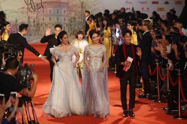 Các nghệ sỹ trên thảm đỏ Liên hoan phim quốc tế Hà Nội lần thứ năm (Ảnh: TTXVN