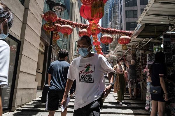 Người dân đeo khẩu trang phòng lây nhiễm COVID-19 tại Hong Kong, Trung Quốc, ngày 15/7/2020 (Ảnh: AFP/TTXVN)