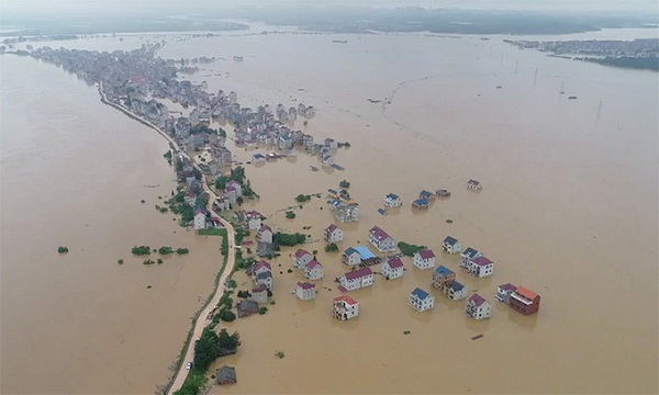 Khu dân cư thuộc huyện Bà Dương, tỉnh Giang Tây ngập trong nước lũ, ngày 9/7. Ảnh:CGTN.