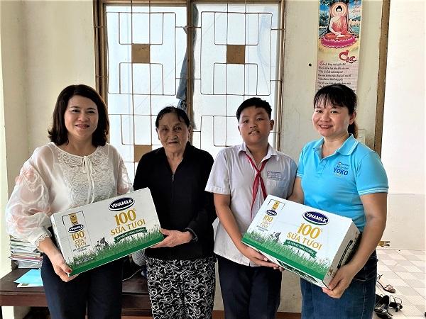 Bà Trần Thị Mỹ Bình cũng trực tiếp tới thăm gia đình Pháp và tặng những thùng sữa Vinamilk để giúp em nâng cao sức khỏe và tăng cường sức đề kháng.