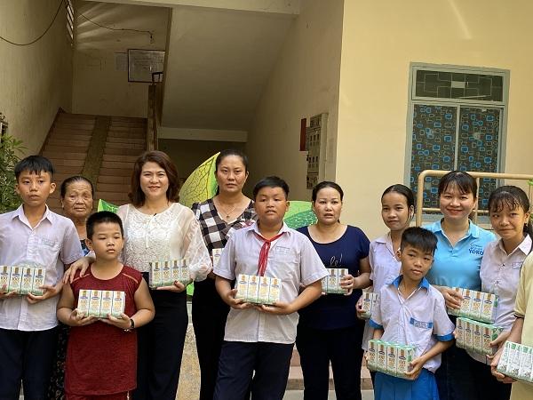 Các em nhỏ trong cùng khu chung cư nhà ở xã hội mà Pháp đang sống cũng nhận những hộp sữa từ Vinamilk và Quỹ sữa.