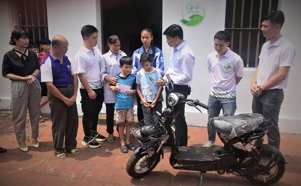 Ông Nguyễn Chí Cường, Giám đốc Nhà máy sữa Vinamilk Tiên Sơn, Bắc Ninh (bìa phải) đã đến thăm và trao tặng cho gia đình em Đại.