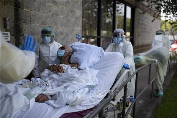 Nhân viên y tế chuyển bệnh nhân Covid-19 tại trung tâm y tế ở Houston, Texas, Mỹ, ngày 2/7 (Ảnh: AFP/TTXVN)
