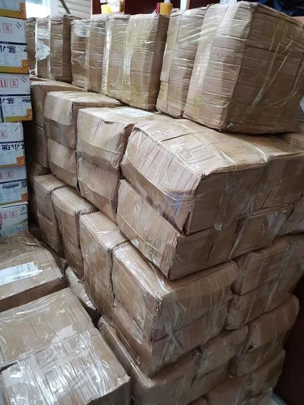 Một chủ hàng khoe bánh trung thu Trung Quốc được nhập về chất đầy kho, khách lấy số lượng bao nhiêu cũng đáp ứng được