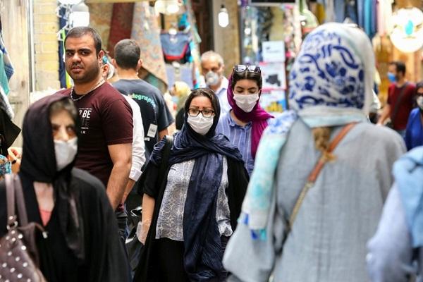 Người dân Iran đeo khẩu trang phòng ngừa lây nhiễm virus corona khi đến chợ Tajrishh Bazaar tại thủ đô Tehran ngày 14/7
