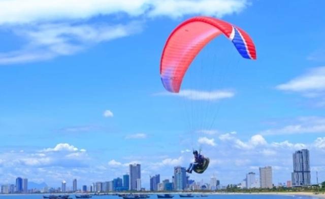 Bên lề cuộc thi, các vận động viên sẽ bay biểu diễn dù lượn Paramotor - dù lượn có động cơ để phục vụ người dân và du khách chiêm ngưỡng.