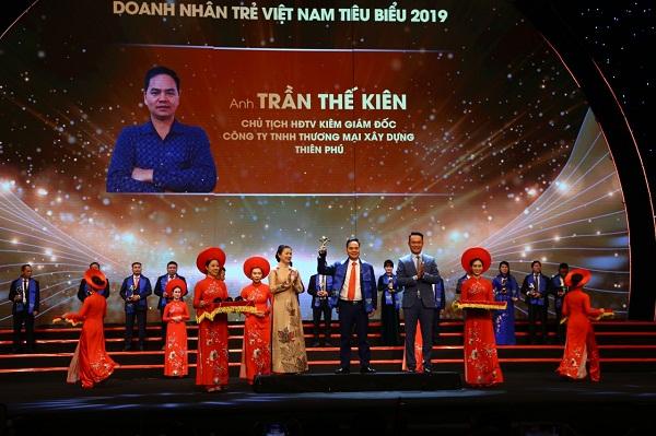 Chủ tich HĐTV kiêm Giám đốc Công ty Thiên Phú, Trần Thế Kiên nhận Giải thưởng doanh nhân trẻ Việt Nam tiểu biểu năm 2019.