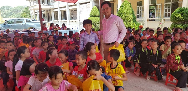 Chủ tich HĐTV kiêm Giám đốc Công ty Thiên Phú, Trần Thế Kiên tặng quà các em HS vùng cao