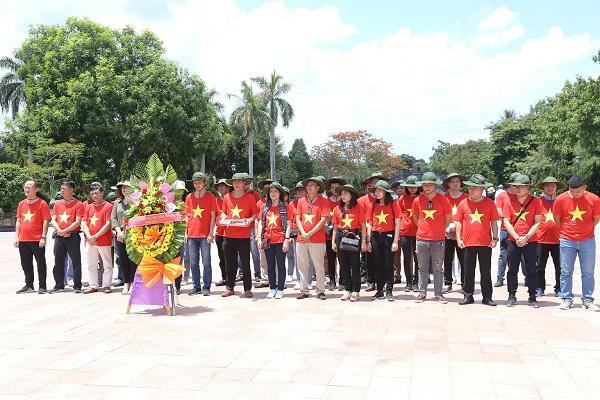 : Đoàn dâng hương, dâng hoa tại Đài tưởng niệm các Anh hùng liệt sĩ nghĩa trang Trường Sơn