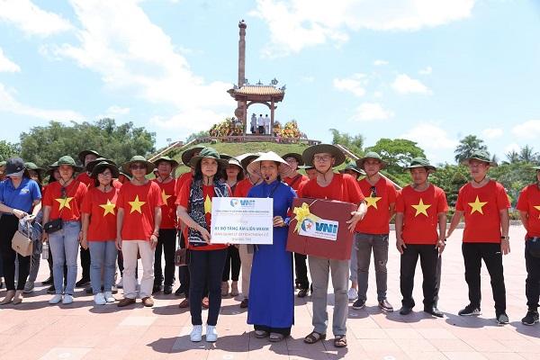 Đoàn đã tới đặt vòng hoa, dâng hương tưởng niệm và trao tặng 01 bộ tăng âm liền Mixer tại Khu di tích Thành cổ Quảng Trị