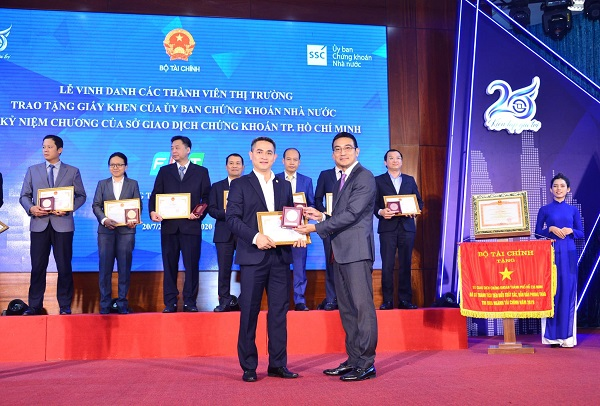 Ông Trần Văn Dũng - Chủ tịch Ủy ban Chứng khoán Nhà nước ghi nhận Tập đoàn Bảo Việt đã có những đóng góp tích cực cho thị trường chứng khoán Việt Nam
