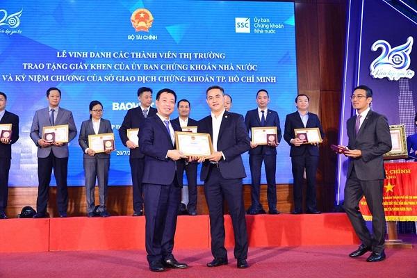 Ông Lê Hải Trà - Phụ trách HĐQT Sở Giao dịch Chứng khoán TP. HCM trao kỷ niệm chương cho Tập đoàn Bảo Việt nhân dịp 20 năm hoạt động thị trường chứng khoán và HoSE