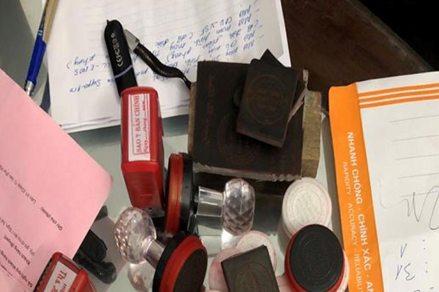Các loại vật dụng dùng để làm giả giấy tờ của đối tượng Trình, Lĩnh, Anh. Ảnh: Công an cung cấp