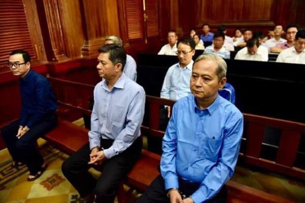Ông Nguyễn Hữu Tín (áo xanh) tại phiên tòa sơ thẩm (Ảnh: QUANG ĐỊNH)