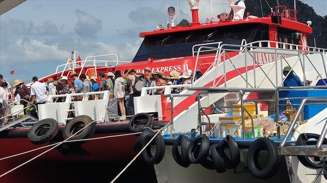 Tàu đưa du khách từ đảo Cô Tô cập cảng Cái Rồng, huyện Vân Đồn. Ảnh: Nguyễn Hùng