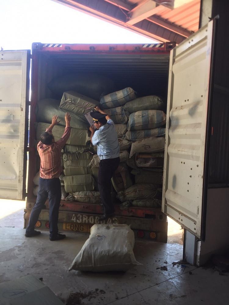 """Vụ hơn 100 tấn thảo dược từ Trung Quốc """"đội lốt"""" nông sản Ảnh: T.B"""