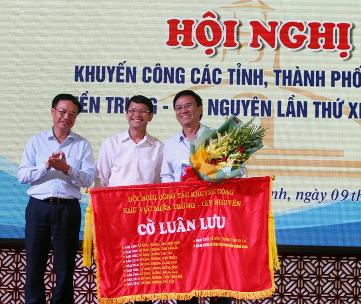 Lãnh đạo Cục Công Thương địa phương và Sở Công Thương Quảng Bình trao cờ cho Sở Công Thương Ninh Thuận - đơn vị đăng cai hội nghị khuyến công các tỉnh, thành phố khu vực miền Trung - Tây Nguyên năm 2021