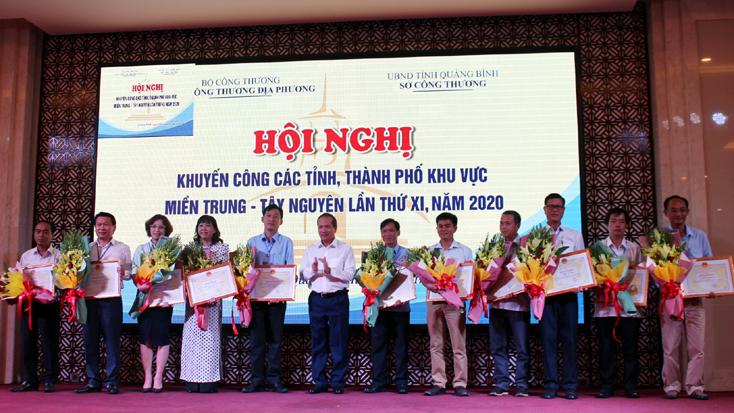 Thừa ủy quyền của Bộ trưởng Bộ Công thương, Thứ trưởng Bộ Công Thương Cao Quốc Hưng trao bằng khen cho các tập thể và cá nhân có thành tích xuất sắc trong công tác khuyến công