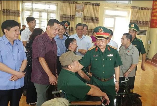 Phó Chủ tịch Quốc hội thăm hỏi và tặng quà thương bệnh binh tại Trung tâm Điều dưỡng người có công tỉnh Phú Thọ.