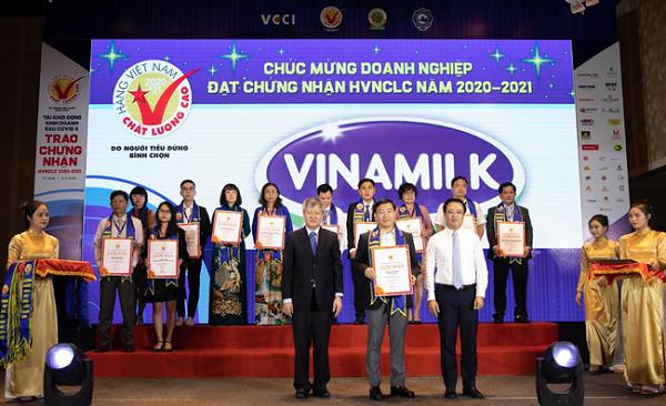 Ông Đỗ Thanh Tuấn – Giám đốc Đối ngoại Công ty Vinamilk – nhận giấy chứng nhận Hàng Việt Nam Chất Lượng Cao lần thứ 24.