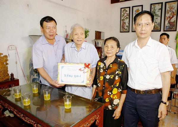 Bí thư Tỉnh ủy Đoàn Hồng Phong (bìa trái) và Giám đốc Sở LĐ-TB&XH Hoàng Đức Trọng thăm và tặng quà gia đình chính sách