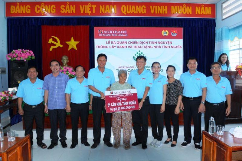 Ban Giám đốc Agribank Long An trao nhà tình nghĩa cho bà Hồ Thị Lẹ