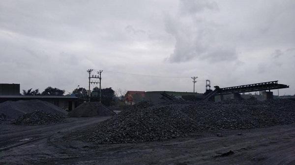 Bãi than không được che phủ bạt gây bụi ra môi trường