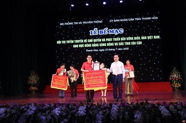 Phạm Đăng Quyền, Tỉnh ủy viên, Trưởng Ban tổ chức Hội thi trao giải Nhất toàn đoàn cho TP Hải Phòng.