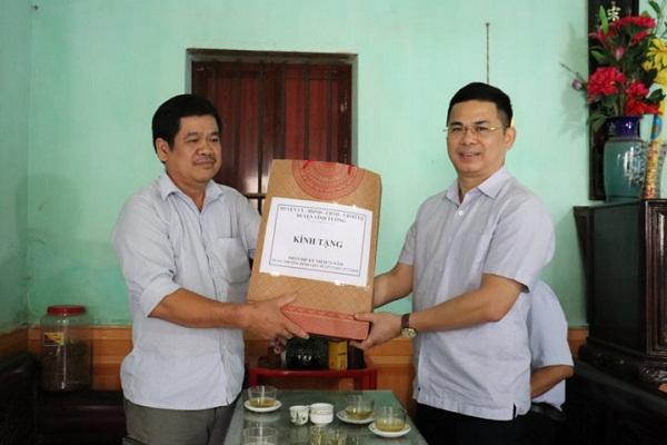 Chủ tịch UBND huyện Vĩnh Tường Trần Việt Cường tặng quà cho các gia đình chính sách nhân dịp ngày Thương binh Liệt sỹ