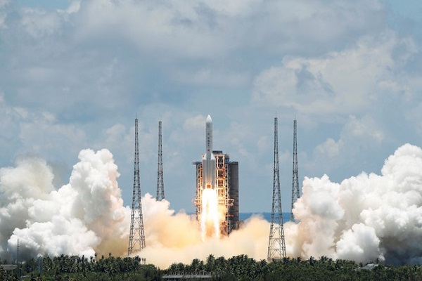 Thiên Vấn-1 rời bệ phóng ở thành phố Văn Xương thuộc tỉnh Hải Nam. Ảnh:  REUTERS