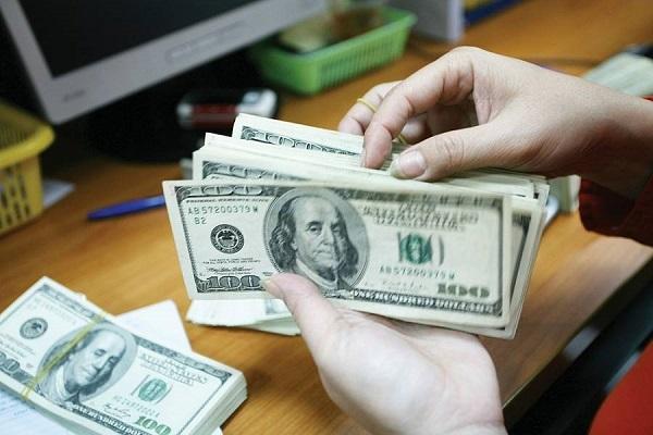 Đồng bạc xanh đang nhường lại vị trí chiếm lĩnh  cho đồng euro sau khi các nhà lãnh đạo Liên minh châu Âu thông qua gói kích thích trị giá 750 tỉ euro (860 tỉ USD).