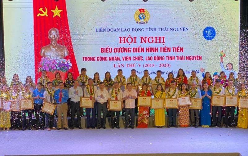 Đại diện lãnh đạo tỉnh, LĐLĐ tỉnh Thái Nguyên tặng Bằng khen cho các điển hình tiên tiến.