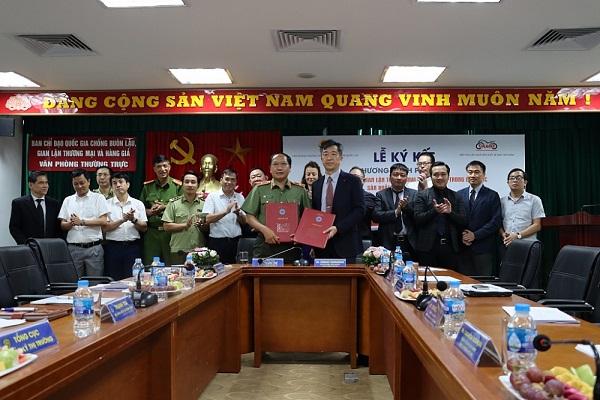 Quang cảnh buổi ký quy chế phối hợp chống buôn lậu, gian lận thương mại và hàng giả trong sản xuất, kinh doanh xe máy
