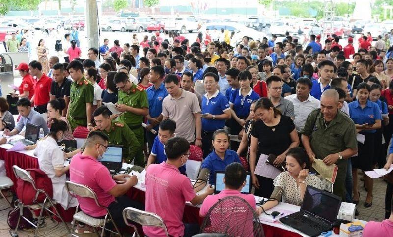 Rất nhiều người dân Thái Nguyên xếp hàng từ sớm để đăng ký hiến máu tình nguyện