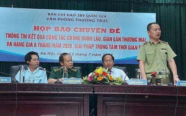 Ông Nguyễn Kỳ Minh, Phó Chánh Văn phòng Tổng cục Quản lý thị trường (đứng) trả lời phỏng vấn báo chí chiều 23.7. Ảnh Cao Nguyên.