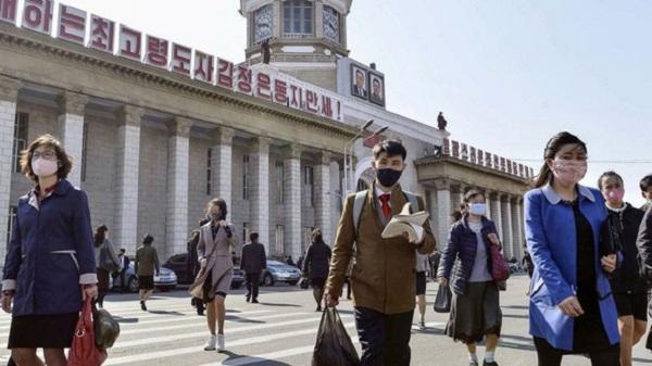 Người dân Bình Nhưỡng đeo khẩu trang khi ra ngoài phố - Ảnh: REUTERS