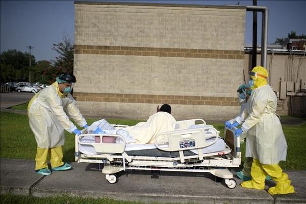 Nhân viên y tế chuyển bệnh nhân mắc Covid-19 tại một bệnh viện ở bang Texas, Mỹ ngày 2/7 (Ảnh: AFP/TTXVN)