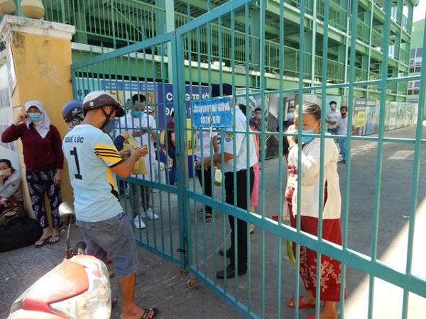 Người dân tiếp tế lương thực cho người nhà đang cách ly tại Bệnh viện Đà Nẵng