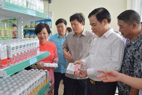 Đại biểu tham quan tìm hiểu các sản phẩm được trưng bày.