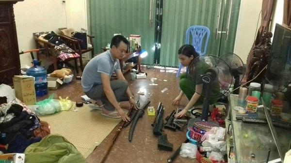Nhiều vũ khí nóng được thu giữ khi khám xét nhà đối tượng
