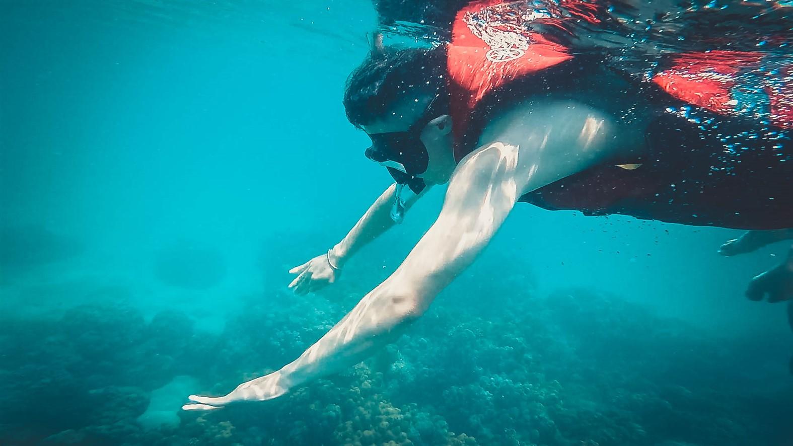""". Đắm mình xuống nước biếc xanh, ngắm những triền cát trắng chạy dài tít tắp, Đảo Ngọc xứng đáng là """"món chính"""" không thể bỏ qua trong """"bữa tiệc"""" xê dịch mùa hè."""