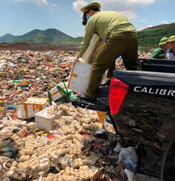 các lực lượng chức năng tổ chức tiêu hủy toàn bộ 400 kg chả cốm bốc mùi hôi thối, không rõ nguồn gốc
