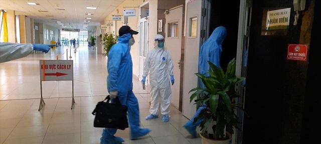 Đoàn nhân viên y tế Bệnh viện Bệnh Nhiệt đới Trung ương đã về tới bệnh viện sau chuyến bay sang đón công dân từ Guinea Xích Đạo. Ảnh: Đặng Thanh.