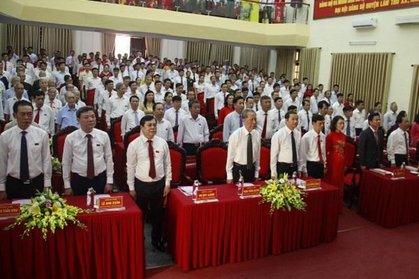 Các đại biểu làm lễ Chào Cờ