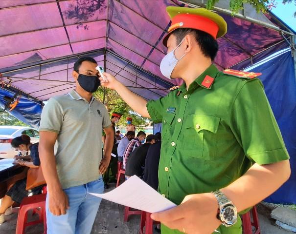 Người dân được đo thân nhiệt tại chặn một chốt chặn từ Quảng Nam đi Đà Nẵng